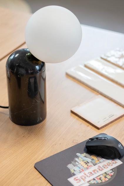Bureaux aménagés comme à la maison chez DecoWorkers et Splandeed à Senlis, décorés par Coralie Vasseur, agence Carnets Libellule - détail sur le bureau avec le tapis de souris Splandeed