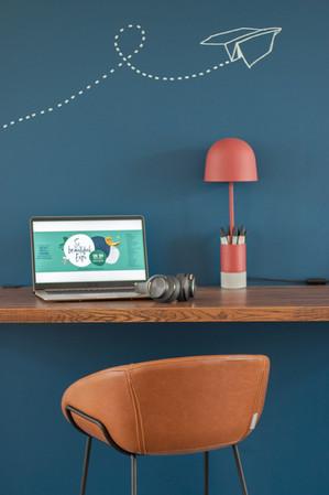 Bureaux aménagés comme à la maison chez DecoWorkers et Splandeed à Senlis, décorés par Coralie Vasseur, agence Carnets Libellule - espace de travail assis debout, écran so beautiful expo