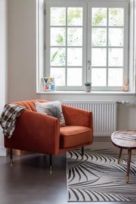 Bureaux aménagés comme à la maison chez DecoWorkers et Splandeed à Senlis, décorés par Coralie Vasseur, agence Carnets Libellule - fauteuil en velours orange dans l'espace salon et vitrophanie by Mel et Kio