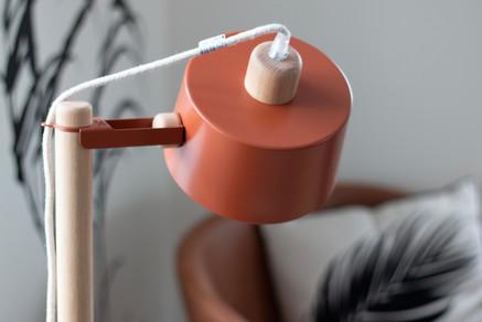 Bureaux aménagés comme à la maison chez DecoWorkers et Splandeed à Senlis, décorés par Coralie Vasseur, agence Carnets Libellule - zoom sur la lampe terracotta du bout de canapé Dizy Design