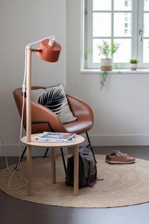 Bureaux aménagés comme à la maison chez DecoWorkers et Splandeed à Senlis, décorés par Coralie Vasseur, agence Carnets Libellule - table d'appoint Dizy Design dans l'espace d'accueil et lecture