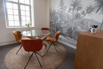 Bureaux aménagés comme à la maison chez DecoWorkers et Splandeed à Senlis, décorés par Coralie Vasseur, agence Carnets Libellule - salle de créativité dans les locaux de la startup