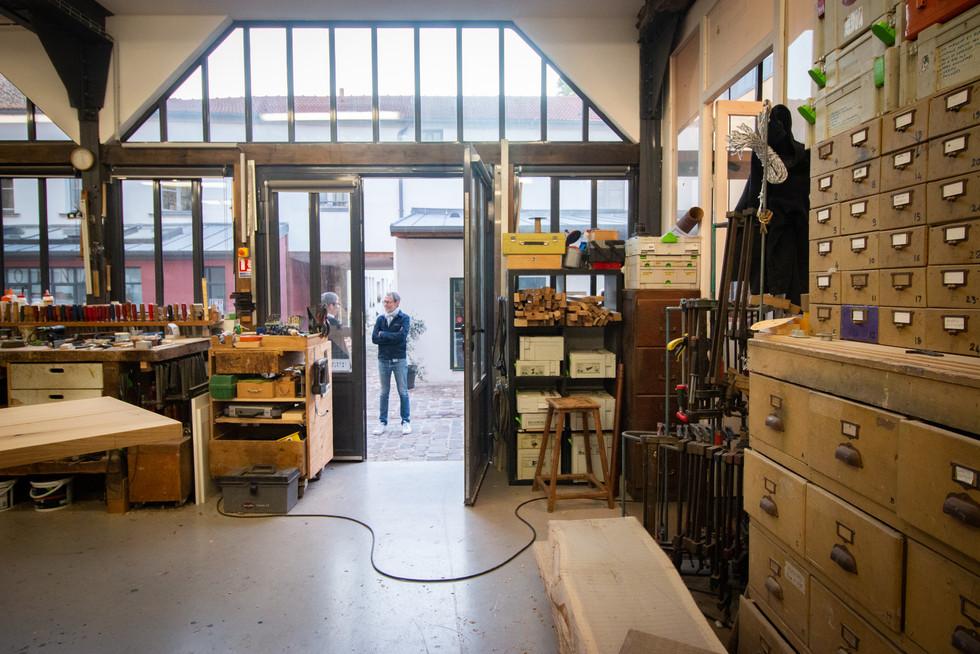 Afterwork DecoWorkers au 37 bis à Paris avec la visite des ateliers d'art et d'artisanat. Atelier d'ébéniste Bernard Mauffret.