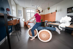 Bureaux comme à la maison chez DecoWorkers et Splandeed à Senlis, décorés par Coralie Vasseur, agence Carnets Libellule - les associés à moto, avec Jean-Baptiste Vial et Coralie Vasseur