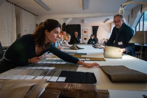 Afterwork DecoWorkers au 37 bis à Paris avec la visite des ateliers d'art et d'artisanat. Visite de l'atelier de Pietro, plieur de tissu.