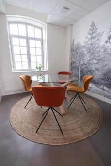 Bureaux aménagés comme à la maison chez DecoWorkers et Splandeed à Senlis, décorés par Coralie Vasseur, agence Carnets Libellule - salle de réunion et brainstorming avec papier peint panoramique