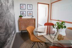 Bureaux aménagés comme à la maison chez DecoWorkers et Splandeed à Senlis, décorés par Coralie Vasseur, agence Carnets Libellule - salle de réunion et brainstorming esprit salle à manger, portraits d'équipe illustrés