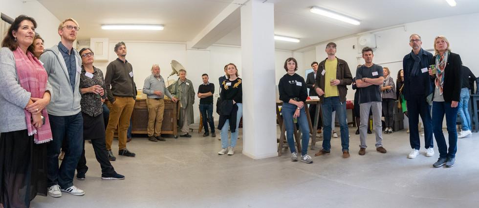 Afterwork DecoWorkers au 37 bis à Paris avec la visite des ateliers d'art et d'artisanat. Accueil des invités par Jean-Baptiste Vial et Coralie Vasseur.