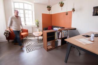 Bureaux aménagés comme à la maison chez DecoWorkers et Splandeed à Senlis, décorés par Coralie Vasseur, agence Carnets Libellule - espace salon et bureau avec color zoning