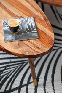 Bureaux aménagés comme à la maison chez DecoWorkers et Splandeed à Senlis, décorés par Coralie Vasseur, agence Carnets Libellule - table basse en bois et déco graphique jungle