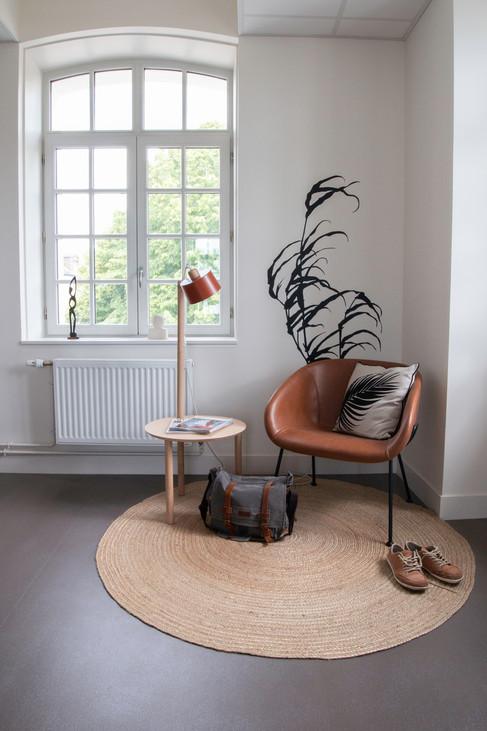 Bureaux aménagés comme à la maison chez DecoWorkers et Splandeed à Senlis, décorés par Coralie Vasseur, agence Carnets Libellule - espace d'accueil et lecture avec table d'appoint Dizy et sticker mural Mel et Kio