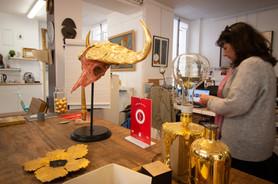 Afterwork DecoWorkers au 37 bis à Paris avec la visite des ateliers d'art et d'artisanat. Atelier de dorure en décoration.