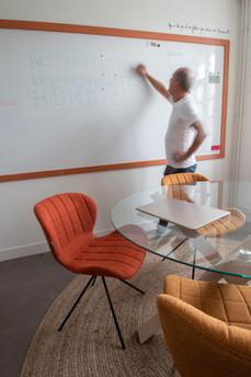 Bureaux aménagés comme à la maison chez DecoWorkers et Splandeed à Senlis, décorés par Coralie Vasseur, agence Carnets Libellule - grand revêtement mural tableau blanc de chez Vescom
