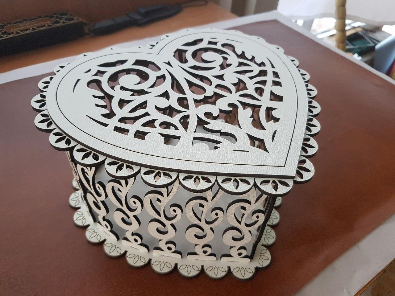 Коробка в виде сердца под цветы