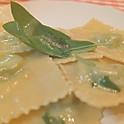リコッタチーズとほうれん草のラヴィオリ ※お好きなソースをお選びいただけます。(トマトとバジル/バターセージ)