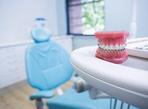 dental-mold-on-table-by-chair-56YA2HS.jp