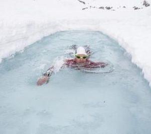Nager dans un lac gelé