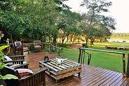 Die Terrasse der Ivory Lodge mit herrlichen Blick auf den Hwange Nationalpark.