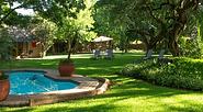 Garten und Pool des gemütlichen Safari Clubs in Johannesburg.
