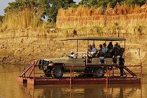Floss mit Jeep auf dem Kafunta River in Sambia.
