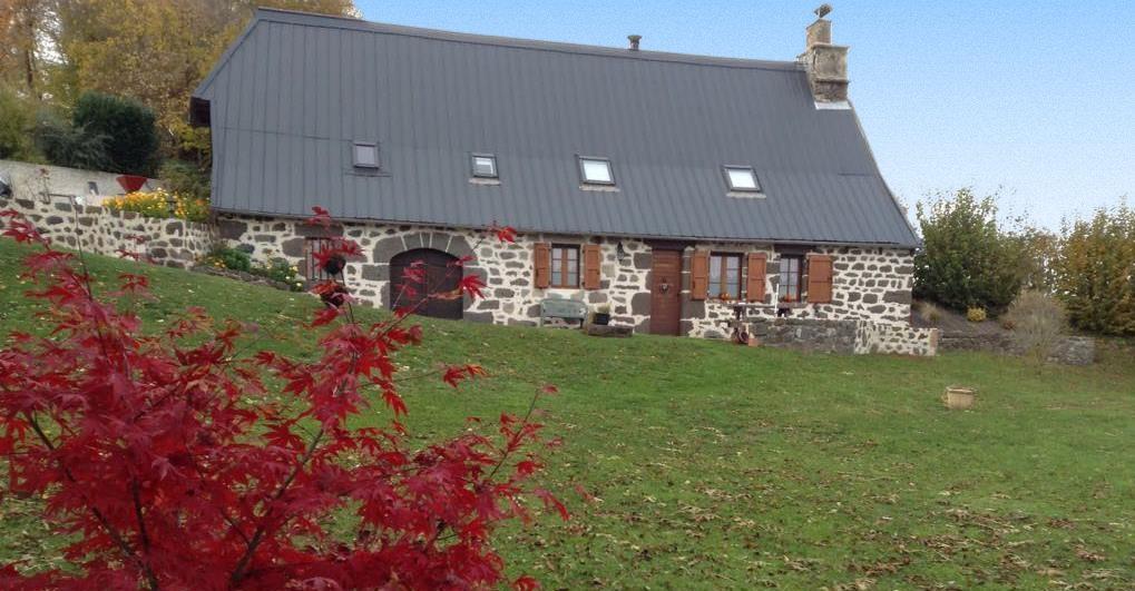 façade du gite de Loupradelou à Narnhac dans le Cantal