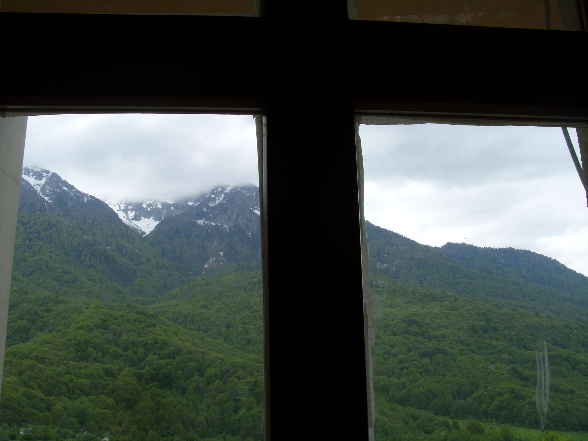 Около окна произвольного апартамента