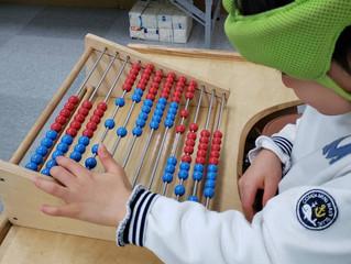 知育玩具で遊ぶ子ども達①