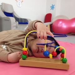 知育玩具を使って遊ぶ子ども達②