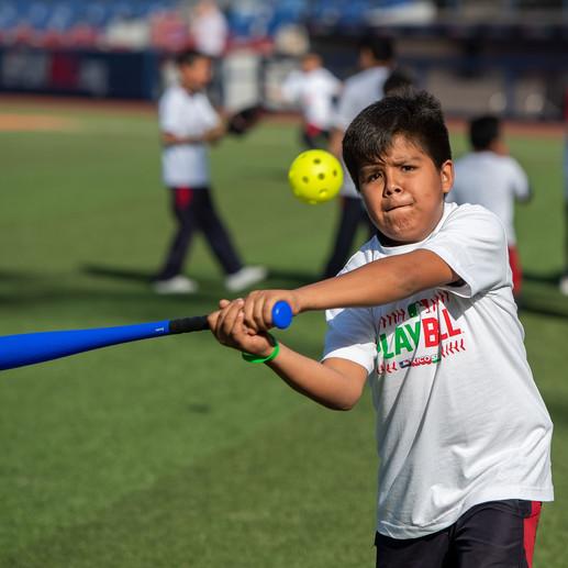 Alumnos de Ciudad de Niños disfrutan actividades de PLAY BALL en Monterrey