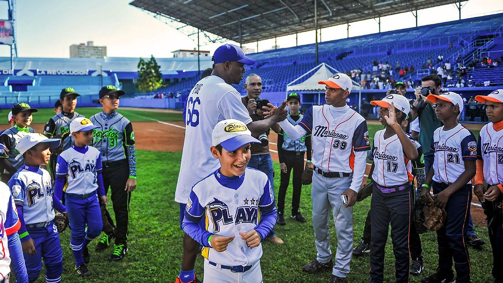 Yamil Lage con peloteritos Cuba