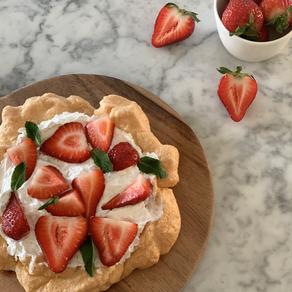 Meringue taart met aardbeien