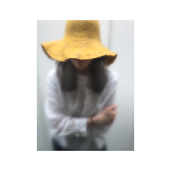 yelow felt hat