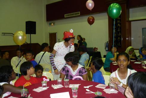 ChildrenbeingentertainedRCPg80thAnnivers