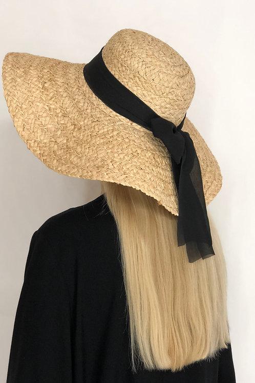 Соломенная шляпа крупного плетения с чёрной лентой