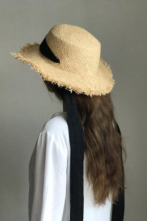 Соломенная шляпа с бахромой и длинной черной лентой
