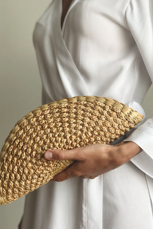 Clutch made of straw with a zipper