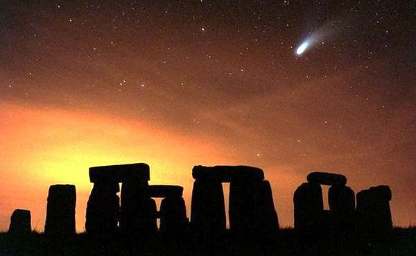Hale-Bogg-coment-over-Stonehenge.JPG