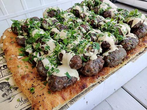 קבב לבנוני על מצע פוקצ'ה - מנות בשריות מהמטבח החם של קייטרינג איט איט