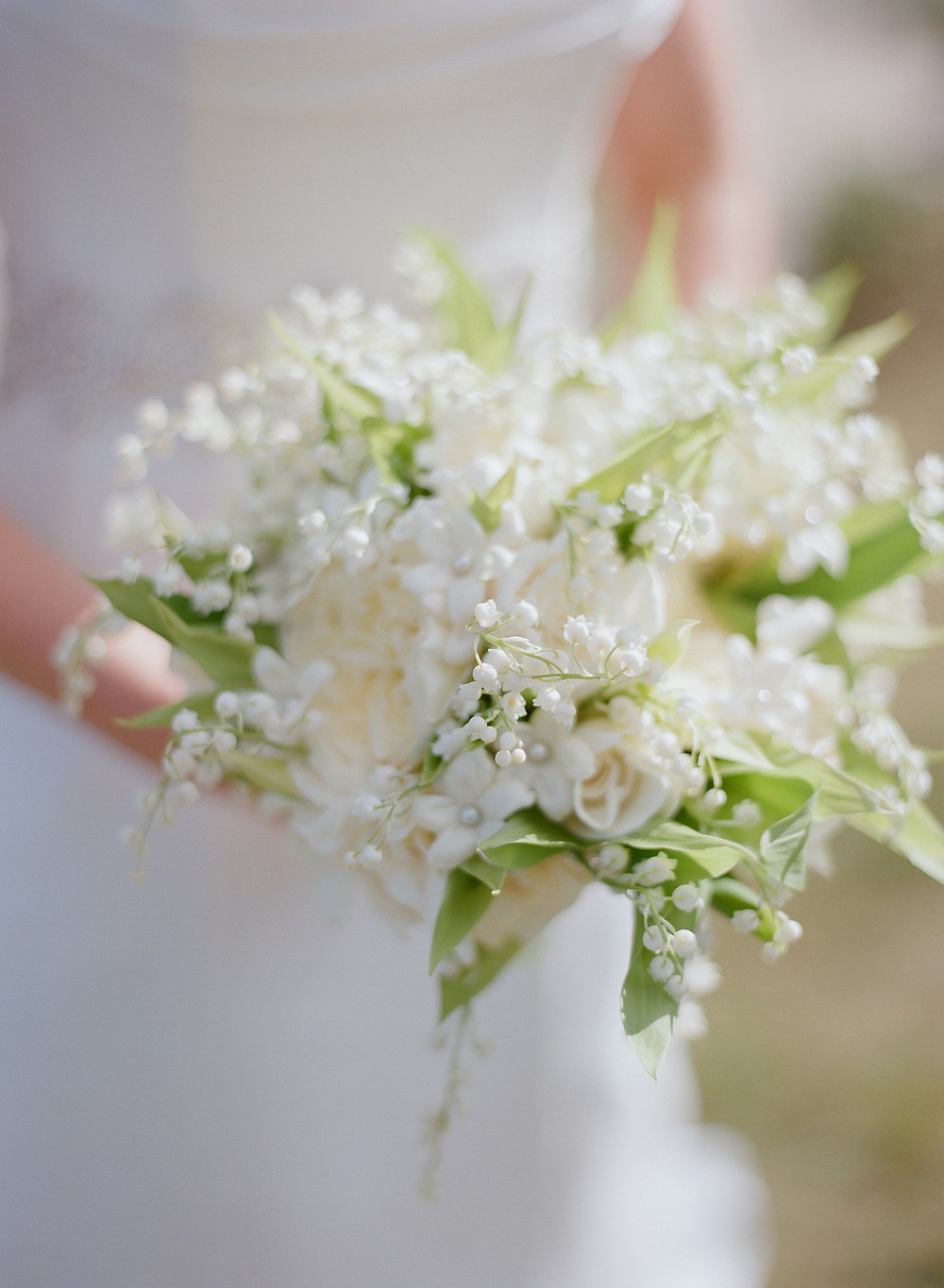 white and green bouquet, white and green wedding colors, white and green wedding flowers, small bouquet, elegant bouquet, country wedding, outdoor wedding, bride,