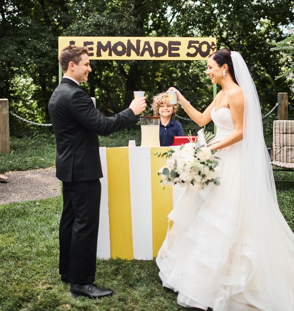 lemonade stand, wedding dress, bride, summer wedding, wedding beverage