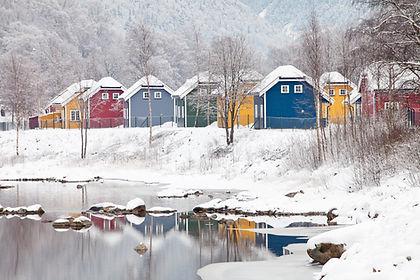 Hytter ved elv, vinter
