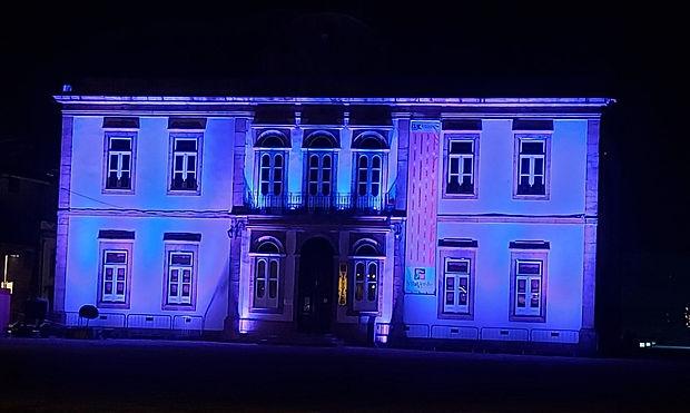 Biblioteca iluminada de AZUL abril 2021.