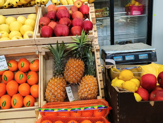Спелые и сочные ананасы в продуктовом отделе на ярмарке в ТЦ «Экодоме»!
