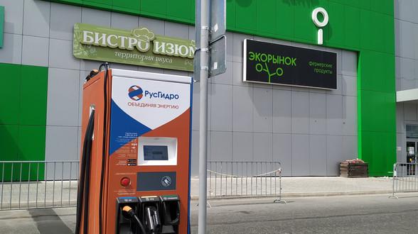 Зарядная станция для электромобилей открылась на парковке ТЦ