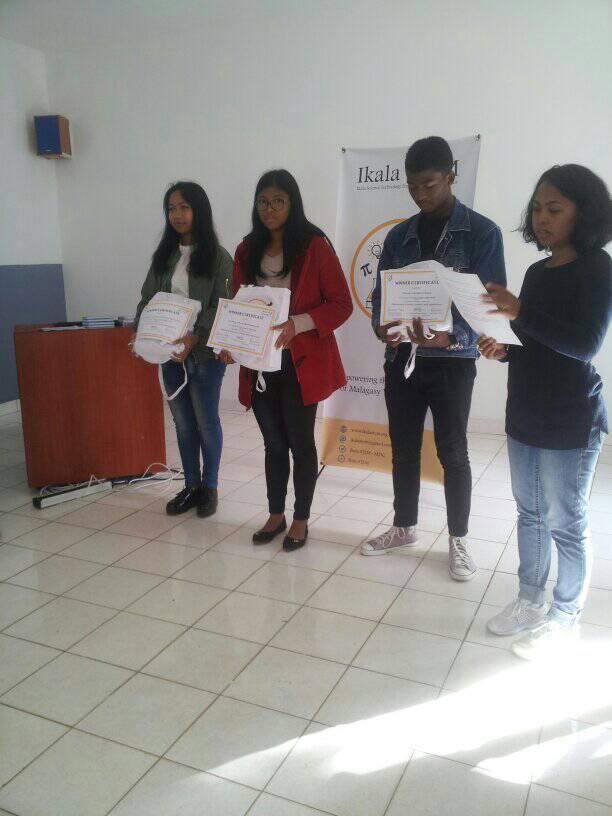 Les trois premiers de la categorie Highschool de la competition Ikala STEM Essay Contest, avec Fara Rasolofoson (a droite) --- membre permanente de notre section en Afrique du Sud.