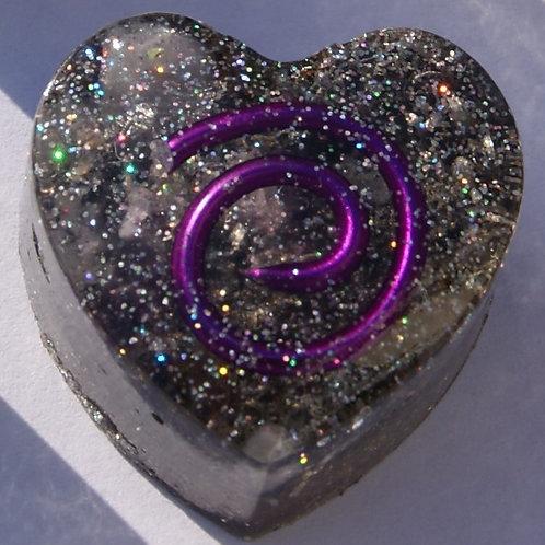 Paars Orgonite hartje met de Gouden Driehoek en Seleniet