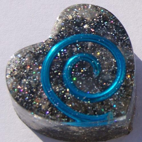 Lichtblauw Orgonite hartje met de Gouden Driehoek en Seleniet