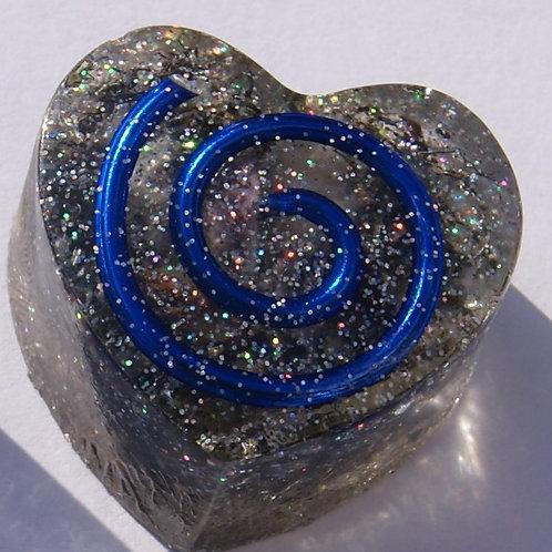 Donkerblauw Orgonite hartje met de Gouden Driehoek en Seleniet