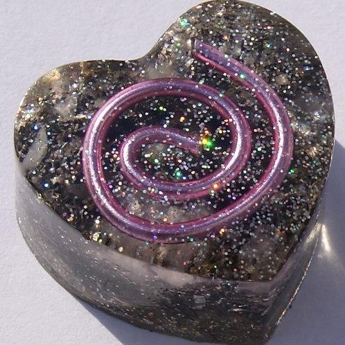 Roze Orgonite hartje met de Gouden Driehoek en Seleniet