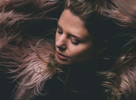 Actrice Eva Heijnen in beeld, up close.